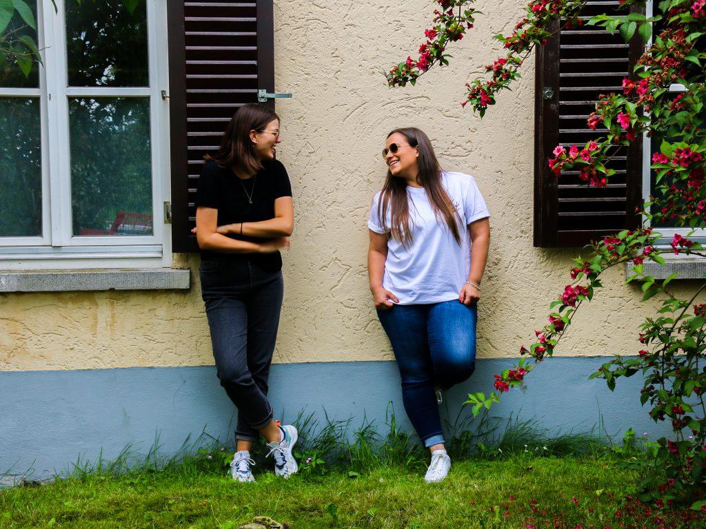 Tia und Steffi vor der Jugendherberge in Regensburg