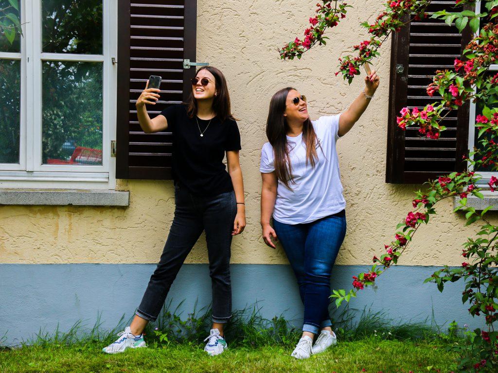 Tia und Steffi vor einer Jugendherberge