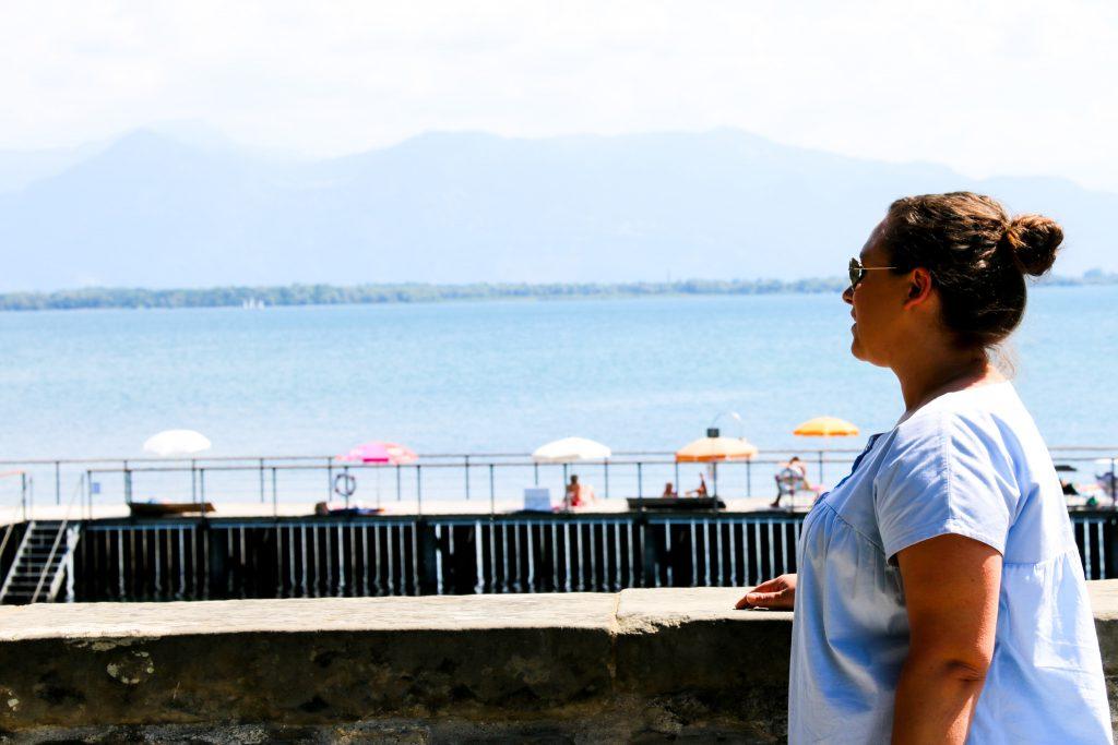 Tia genießt den Ausblick auf den Bodensee. Urlaubsgefühle durch Strandliegen.