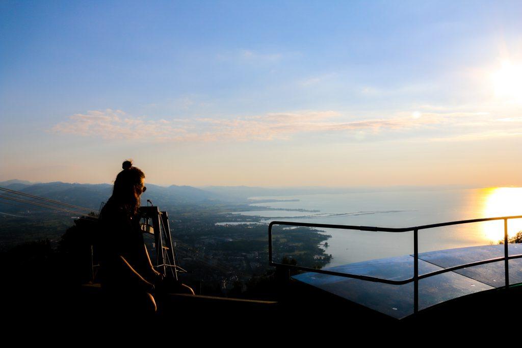 Blick von einem Aussichtspunkt hoch über dem Bodensee bei Sonnenuntergang