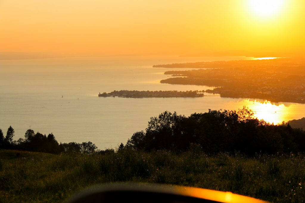 Sonnenuntergang am Bodensee aus dem Auto fotografiert