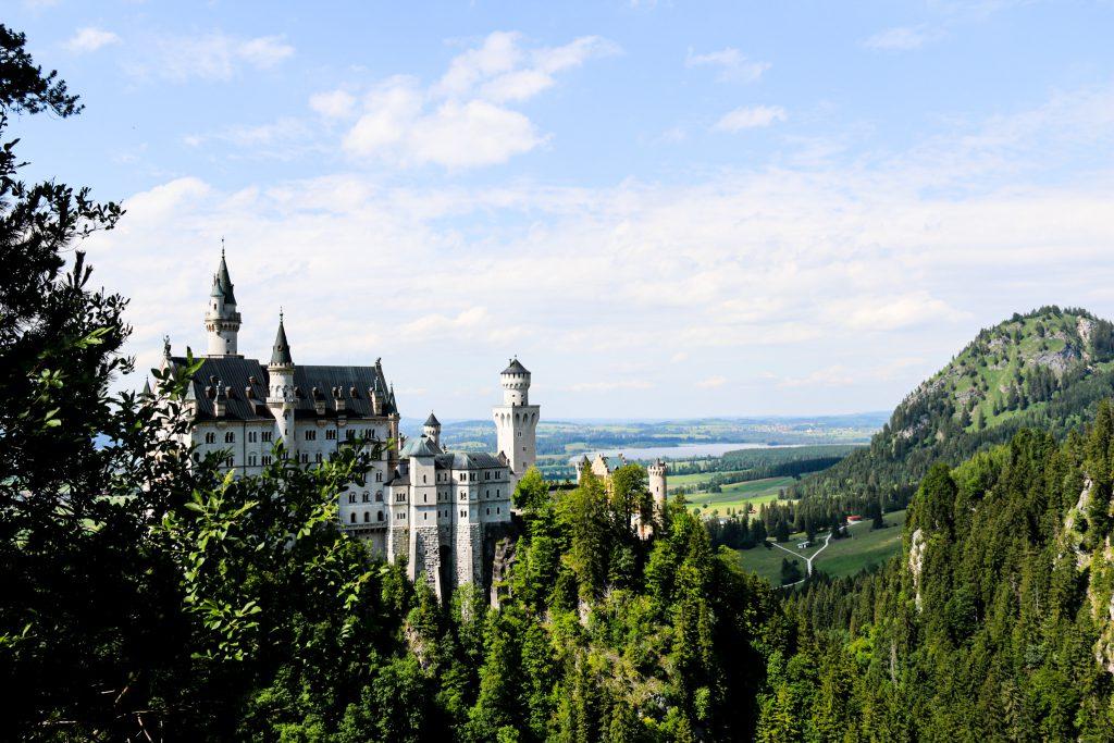 Blick auf das Märchenschloss Neuschwanstein bei Füssen im Allgäu