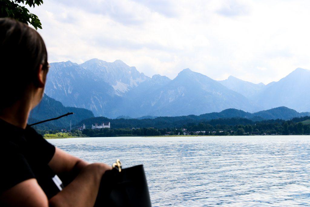 Steffi blickt auf den Forggensee