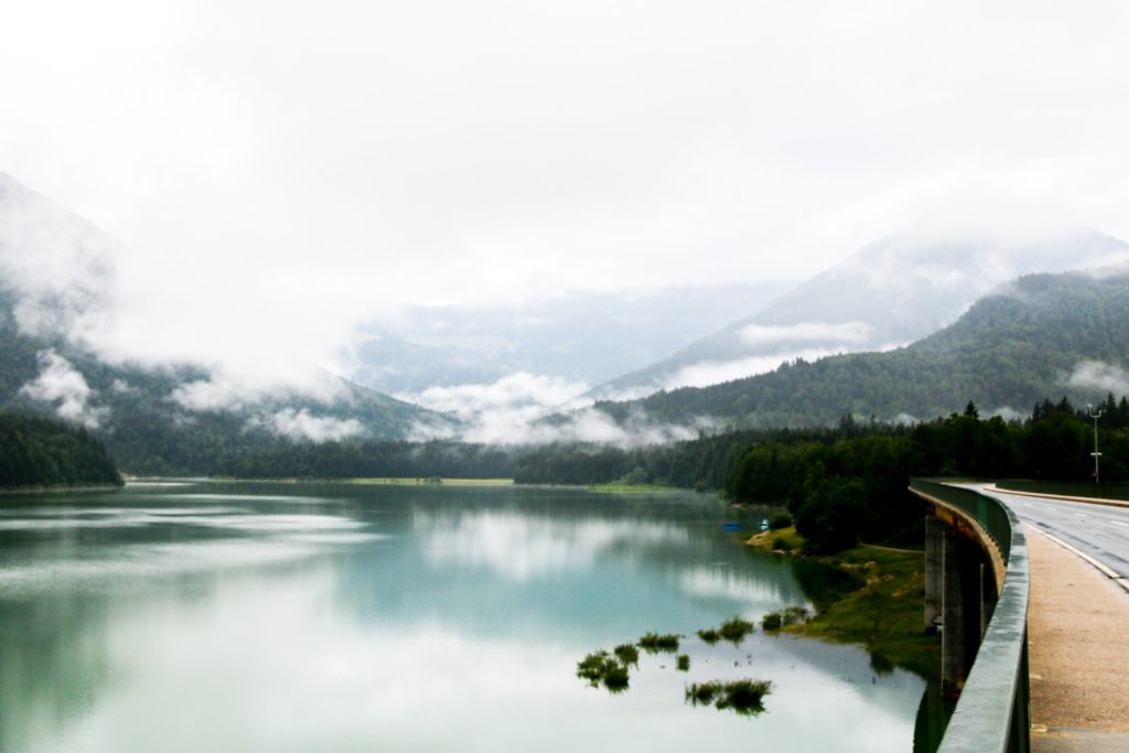 Strasse zum Sylvensteinsee mit beeindruckendem Natur-Panorama