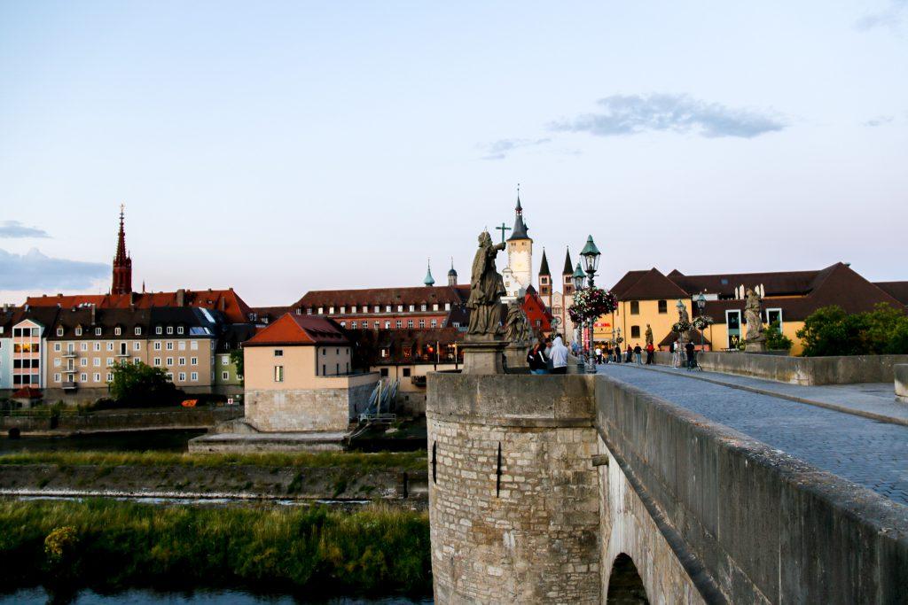Alte Mainbrücke am Abend in Würzburg