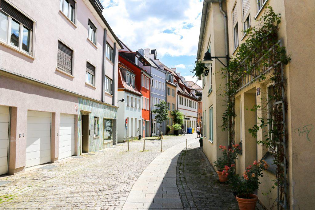 Pflasterstraße in Schweinfurt mit Häuserzug