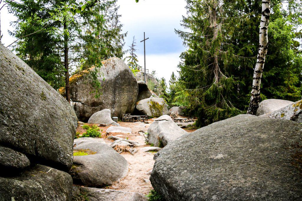 Felsenlabyrinth im Fichtelgebirge mit Gipfelkreuz