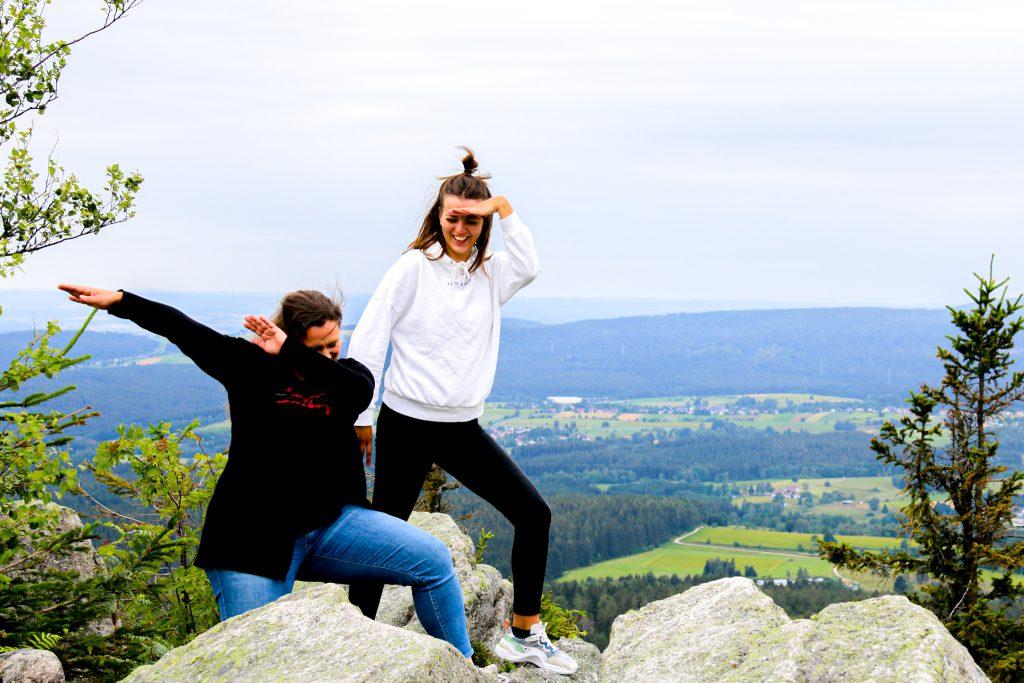 Tia und Steffi im Felsenlabyrinth bei Wunsiedel im Fichtelgebirge