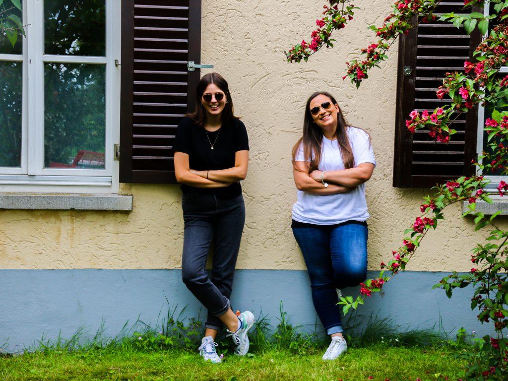 Tia und Steffi vor der Jugendherberge Regensburg
