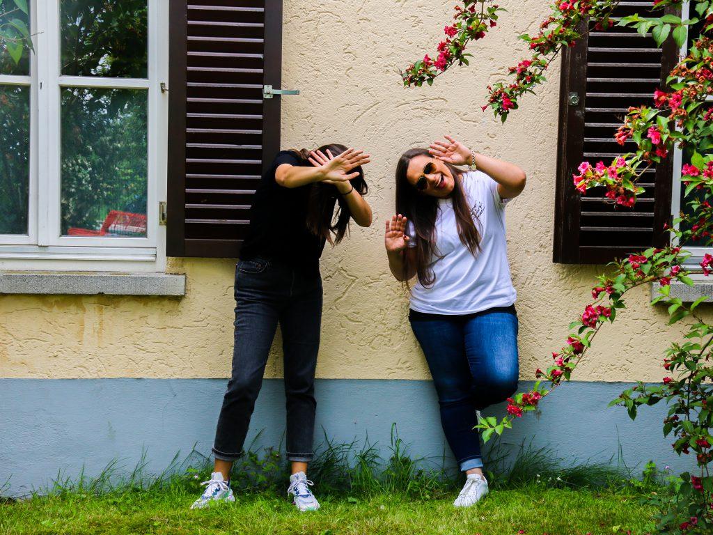 Tia und Steffi machen vor der Jugendherberge Quatsch