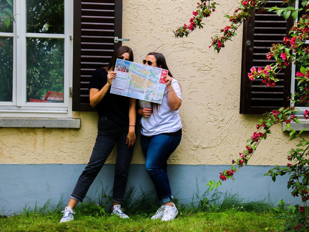 Tia und Steffi vor der Jugendherberge Regensburg mit Stadtplan in der Hand