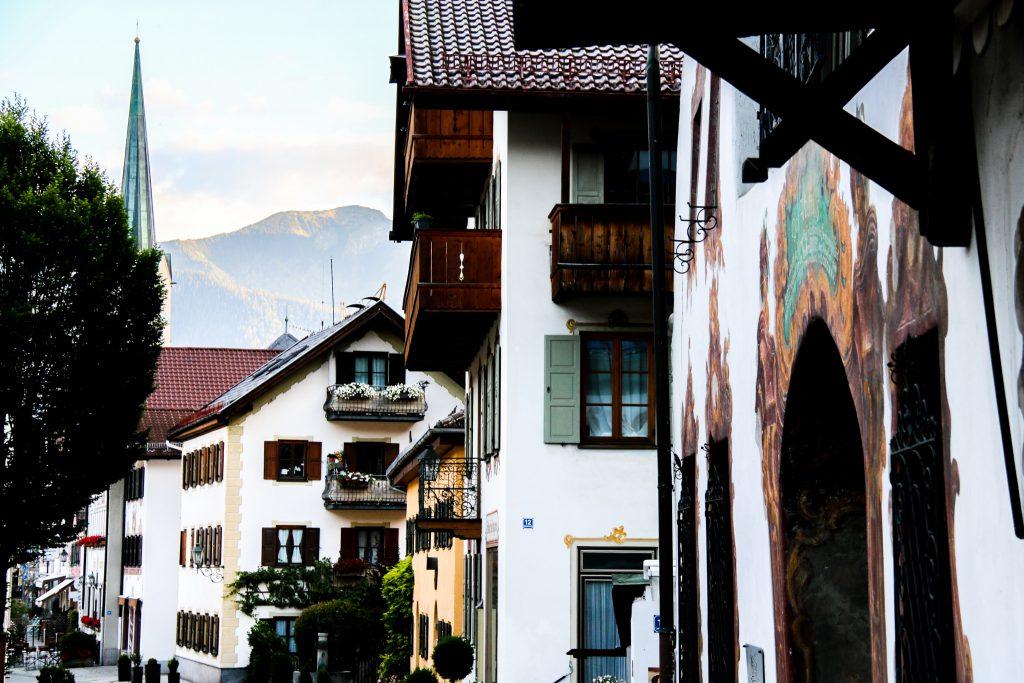 Bemalte Häuser in Garmisch Partenkirchen mit Berg im Hintergrund
