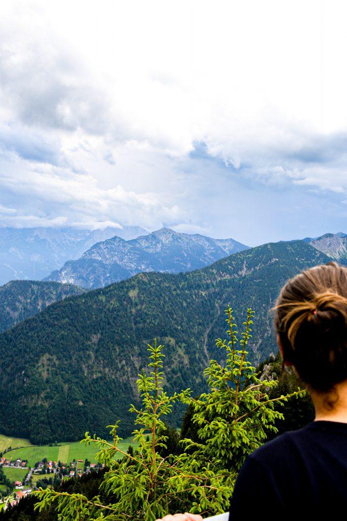 Tia genießt das Bergpanorama in Oberammergau