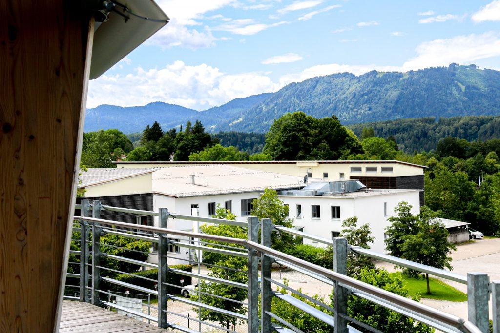 Blick auf die Jugendherberge Bad Tölz mit Bergpanorama