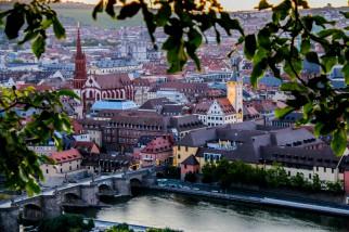 Blick auf Würzburg bei Sonnenuntergang